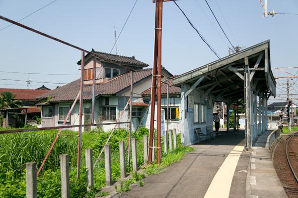 寺田駅待合室裏側
