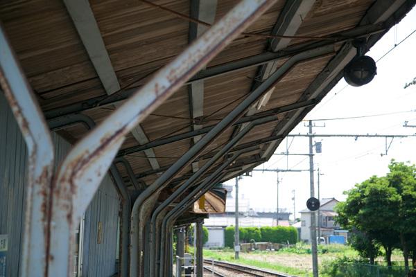 東新庄駅ホーム上屋レール柱